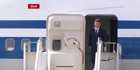 Xi Jinping ląduje w Pradze. Zdjęcie pochodzi z ČT24.cz